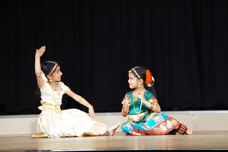 Zwei tanzende Mädchen
