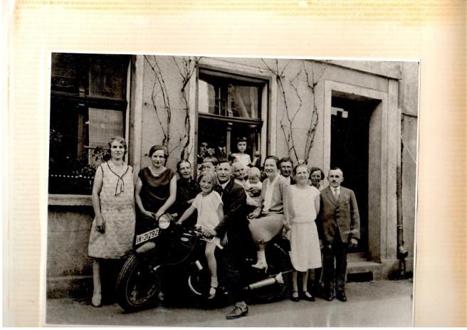 Eine Familie vor einem Geschäft.