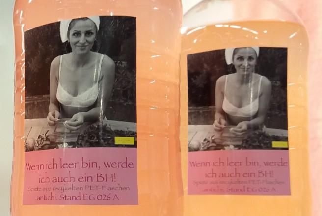 Zart orangefarbene PET-Flaschen.