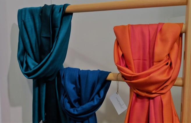 Farbige Schals.
