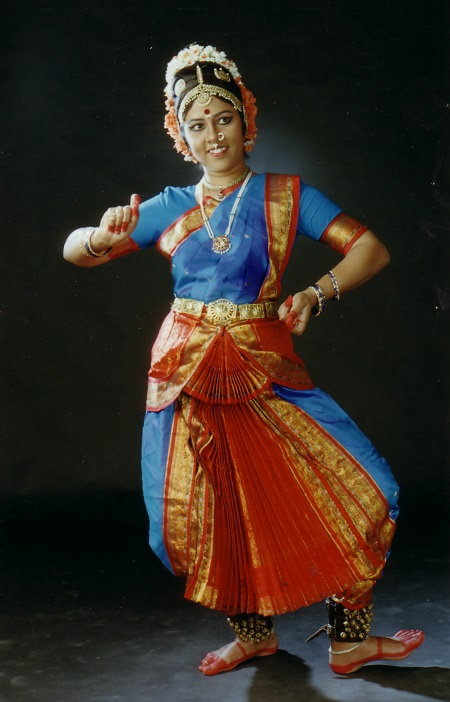 Tänzerin in blauem indischem Tanzkleid