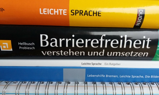 Stapel Bücher zur barrierefreien Kommunikation