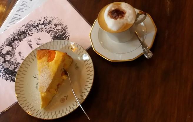 Ein Stück Kuchen und eine Tasse Cappuccino.
