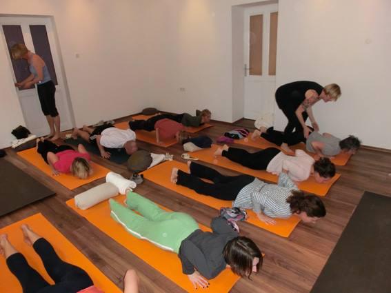 Yogaklasse am Boden
