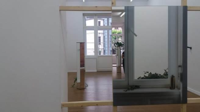 Raum mit Spiegeln., die den Beucher sein eigenes Bild spiegeln.