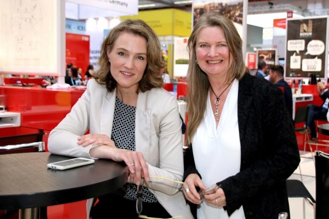 Kerstin Hoffmann-Wagner und Gudrun Jostes an einem Stehtisch