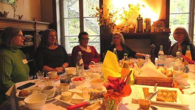 Eine fröhliche Frauenrunde an einem Tisch