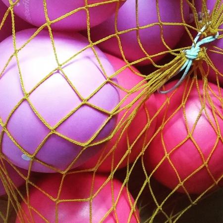 Ein Netz mit Pilates-Bällen