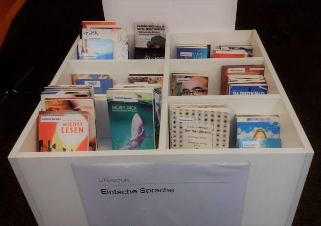 Eine große Kiste mit Büchern