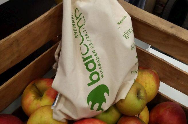 Ein Baumwollbeutel ineiner Kiste mit Äpfeln