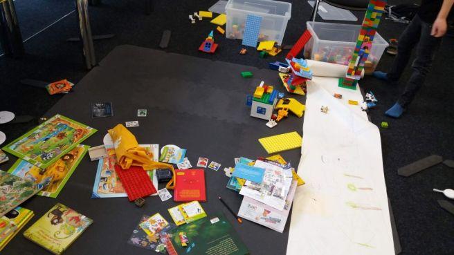 Spielzimmer - Boden bedeckt mit Lego und Malsachen